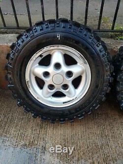 Véritable Terre Rover Defender Jantes Avec Tires Off Road